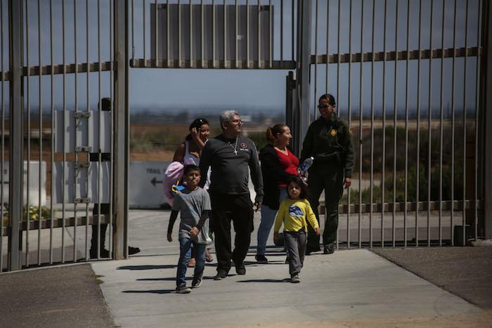 Agentes fornterizos de Estados Unidos permiten a Una familia acercarse al muro para convivir con sus visitantes de México. Foto: Francisco Cañedo, SinEmbargo