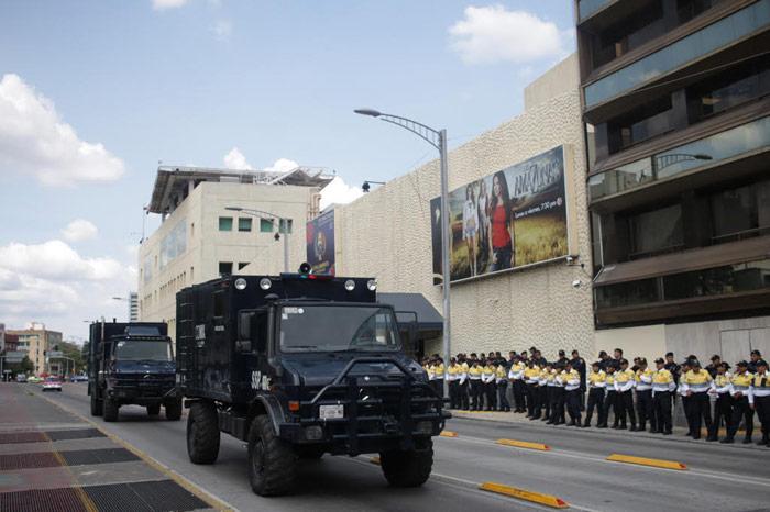 Cerca de 400 maestros se movilizaron de la Ciudadela a Televisa, este domingo, en la Ciudad de México, Fueron recibidos por un fuerte dispositivo de seguridad. Foto; Francisco Cañedo, SinEmbargo