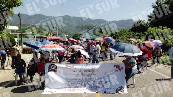 En la protesta en Guerrero contra la Reforma Educativa participan unos 200 manifestantes, aunque otros continúan sumándose, y permiten el paso a los automovilistas. Foto: El Sur.