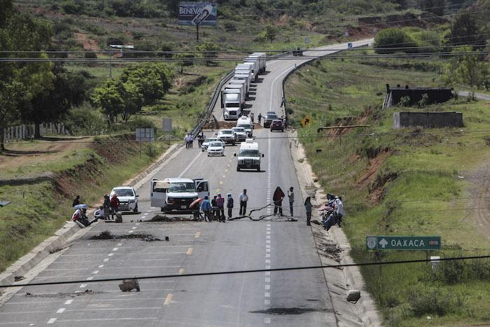 en la región Mixteca, en Nochixtlán, permanece impedido el tránsito en la autopista. Foto: Cuartoscuro.