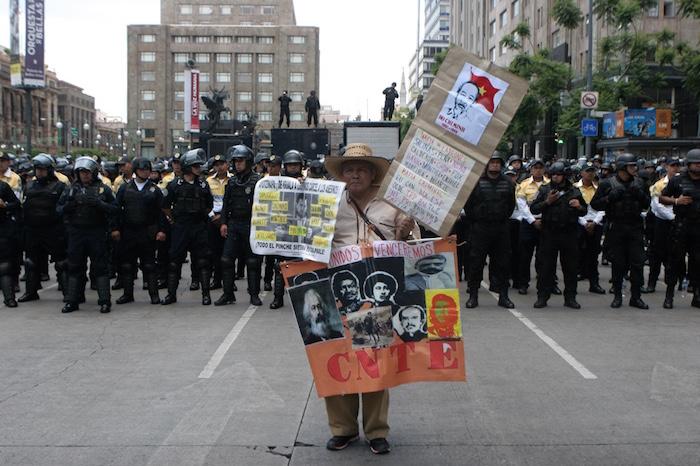 Decenas de granaderos cercaron las calles de acceso al Zócalo. Foto: Valentina López, SinEmbargo