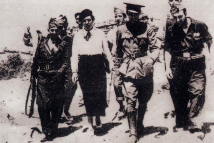 Victoria Kent con militares republicanos en el frente de Somosierra., durante el verano de 1936. Foto: El País.
