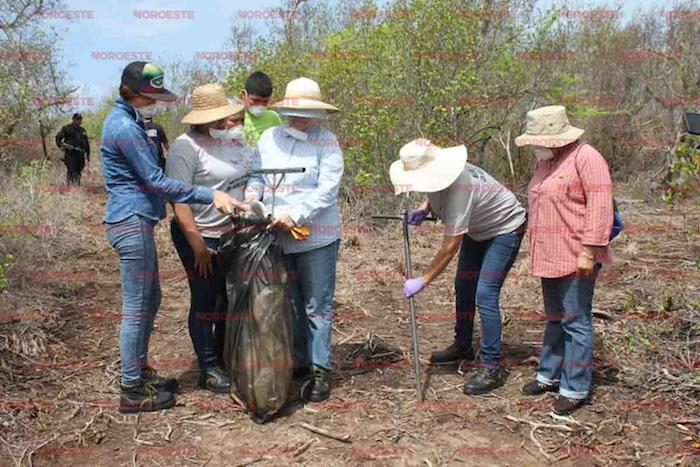 Mujeres de Voces Unidas por la Vida escarbando bajo el sol en La Cruz, Sinaloa. Foto: Noroeste.