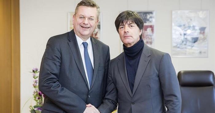 El presidente de la Federación Alemana de Fútbol (DFB), Reinhard Grindel (i), estrecha la mano del seleccionador Joachim Löw tras hacerse oficial su renovación en el puesto hasta el 2020, en Fráncfort, Alemania. Foto: EFE