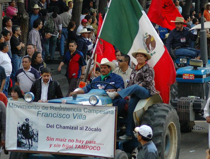 En diversas ocasiones, campesiones mexicanos han exigido que se revisen los acuerdos en torno al campo contenido en el TLCAN. En enero de 2008, cientos de ellos, acompañados de sus tractores, participaron en una mega en la Ciudad de México en contra de la entrada en vigor del capítulo del TLC en materia agropecuaria. Foto: Cuartoscuro