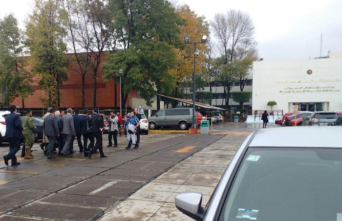 Guillermo Padrés llegó abordo de una camioneta blanca a los juzgados del Reclusorio Oriente acompañado de su abogado Antonio Lozano Gracia, para presentarse ante un juez, luego de que hizo pública su decisión de acudir ante la autoridad. Foto: Cuartoscuro.