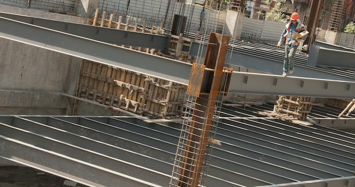 CIUDAD DE MÉXICO, 30NOVIEMBRE2016.- Un albañil trabaja en la construcción aledaña al nuevo basamento encontrado por el INAH. FOTO: PAULINA NEGRETE /CUARTOSCURO.COM
