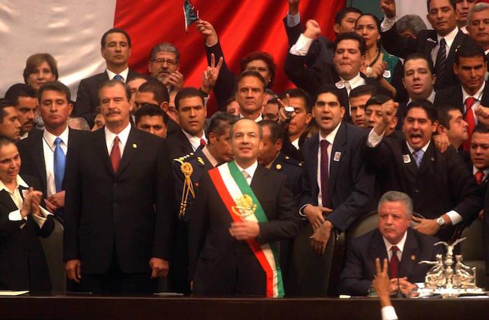 El 1 de diciembre de 2006, Felipe Calderón tomó protesta como Presidente de la República en tan sólo cinco minutos. El evento se realizó en la Cámara de Diputados, en medio de gritos de rechazo de los legisladores del PRD que tomaron la tribuna para intentar impedir el acto. Foto: Cuartoscuro
