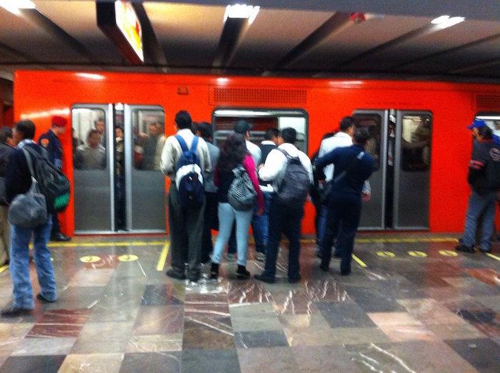 Filas para esperar entra a los vagones. Foto: @cgg_mx
