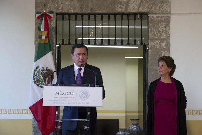 El mismo 4 de enero, María Cristina García Cepeda tomó posesión de la Secretaría de Cultura en presencia del Secretario de Gobernación Miguel Ángel Osorio Chong. Foto: Cuartoscuro