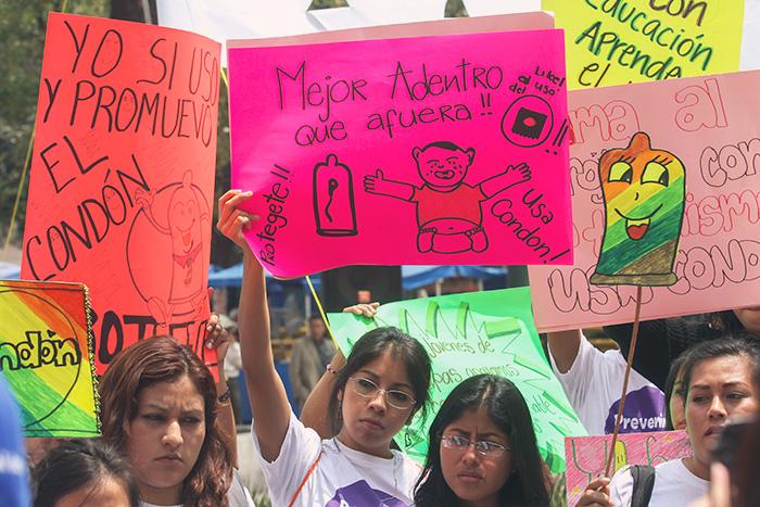 manifestacion uso condon 2 - La SCJN decreta que relaciones sexuales entre adolescentes y adultos no siempre son un delito