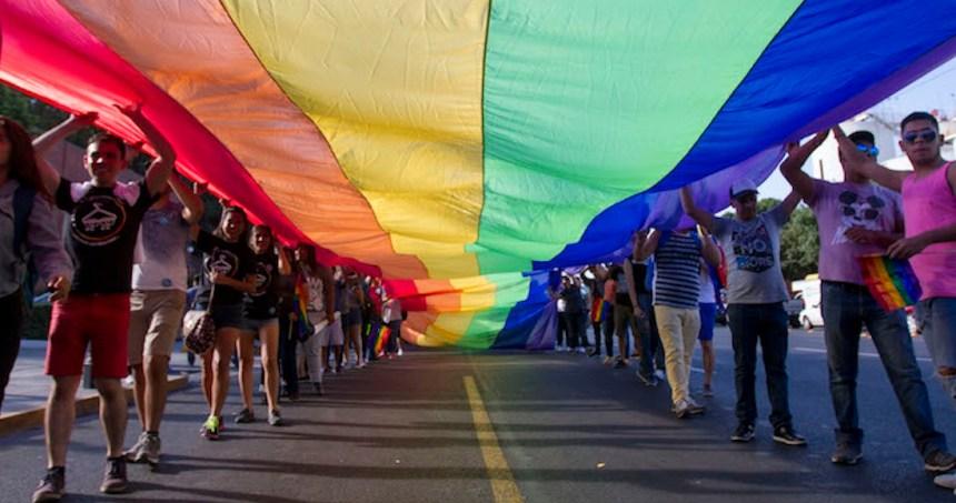 17 marcha gay mty02 - Después de una polémica, la comunidad LGBT regresa el arcoíris a un paso peatonal de Puebla