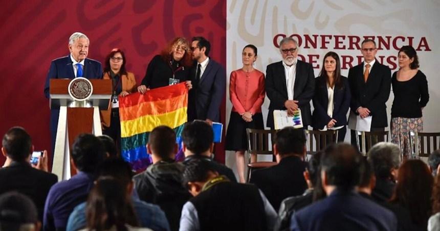 dia contra la homofobia - Después de una polémica, la comunidad LGBT regresa el arcoíris a un paso peatonal de Puebla