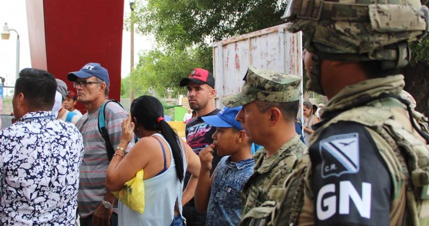 """migracion - """"Nos han dejado aquí tirados"""", dicen migrantes devueltos de EU y abandonados en Monterrey"""