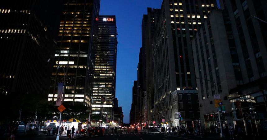 ny apagon 1 - Luego de horas sin luz, se restablece la electricidad en Manhattan. El apagón afectó 72 mil personas