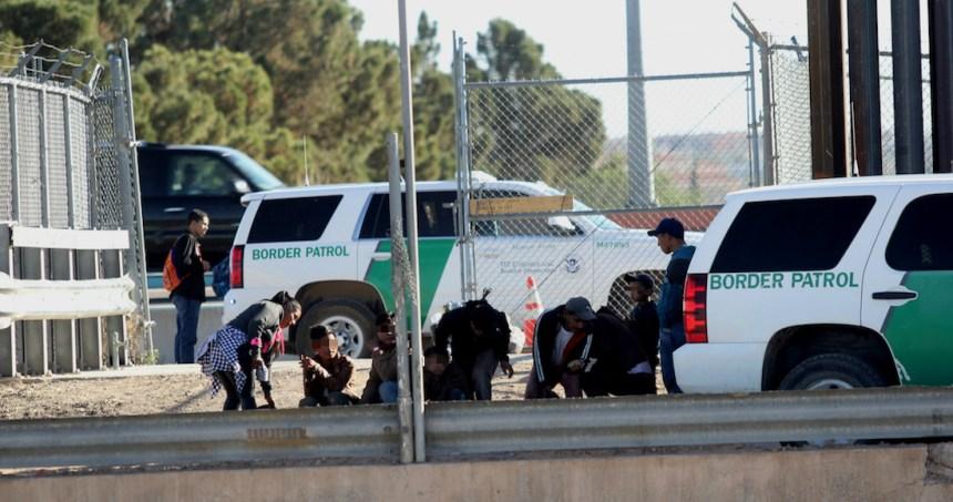 """patrulla fronteriza migrantes - """"Nos han dejado aquí tirados"""", dicen migrantes devueltos de EU y abandonados en Monterrey"""