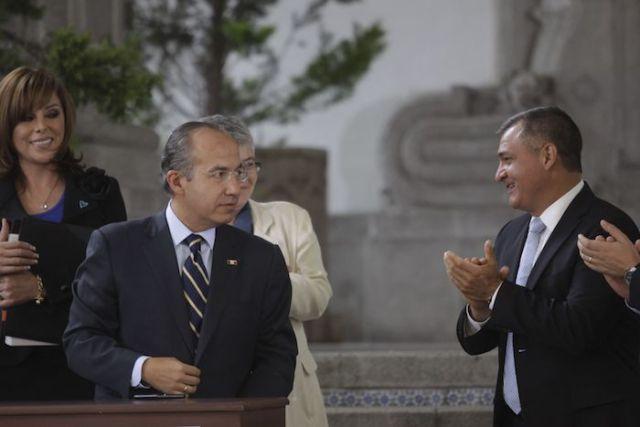 García Luna aplaude durante un evento con Felipe Calderón en 2012. Foto: Iván Stephens, Cuartoscuro