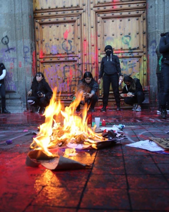 protesta-de-mujeres-afuera-de-Palacio-Nacional