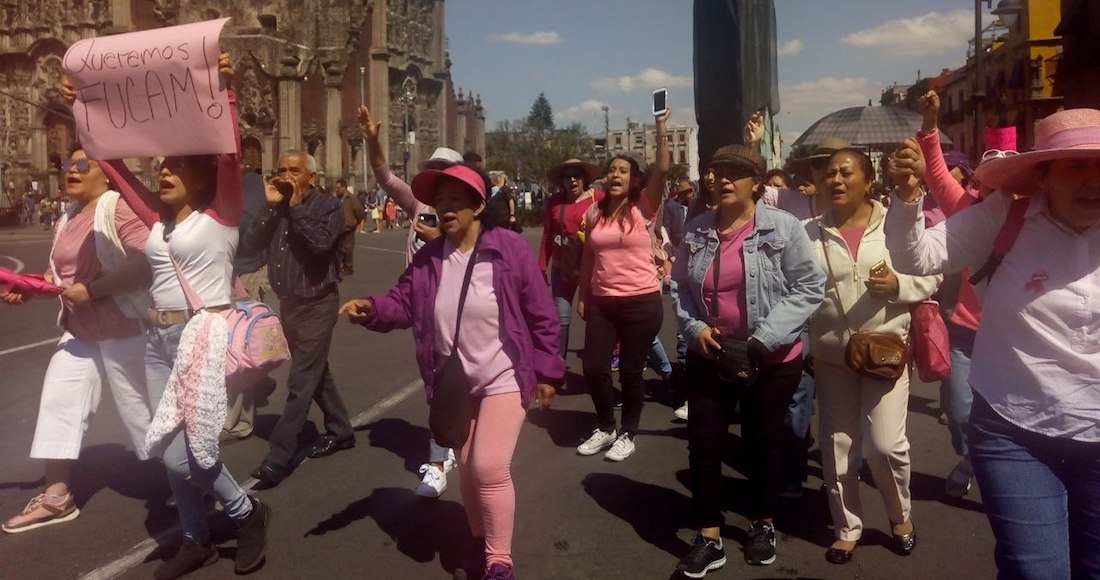 Mujeres protestan frente a Palacio Nacional para exigir se devuelva el subsidio al Fucam. Foto: Montserrat Antúnez, SinEmbargo