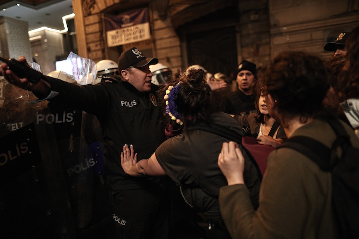 1290f9d52eab28609394f2e0af0ee3683c2fa6ce - Policía lanza gas lacrimógeno y carga contra mujeres que participan en marcha del 8M en Turquía - #Noticias