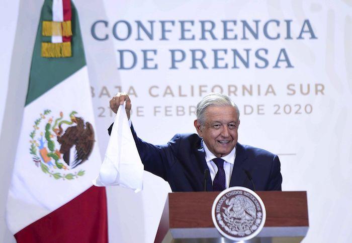 AMLO sacó un pañuelo blanco durante una de sus conferencias matutinas en Baja California Sur. Foto: Presidencia, Cuartoscuro