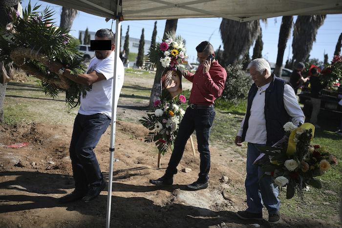 Juan, a la izquierda, que ha sido detenido en relación con la desaparición y asesinato de Marbella Valdez, lleva una corona de flores hasta su tumba, seguido por el ex novio de la víctima, Jairo Solano, durante su entierro en Tijuana, México, el viernes 14 de febrero de 2020. Foto: Emilio Espejel, AP