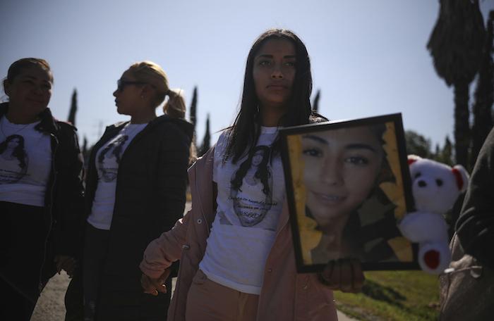 Amigas de Marbella Valdez, vestidas con camisetas con su fotografía, se toman las manos y rezan durante su entierro en un cementerio de Tijuana, México, el viernes 14 de febrero de 2020. Foto: Emilio Espejel, AP