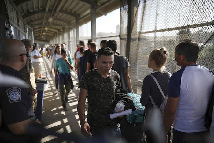ap20082583527242 - Activistas piden liberar a migrantes detenidos en EU; el hacinamiento los expone al COVID-19, alertan