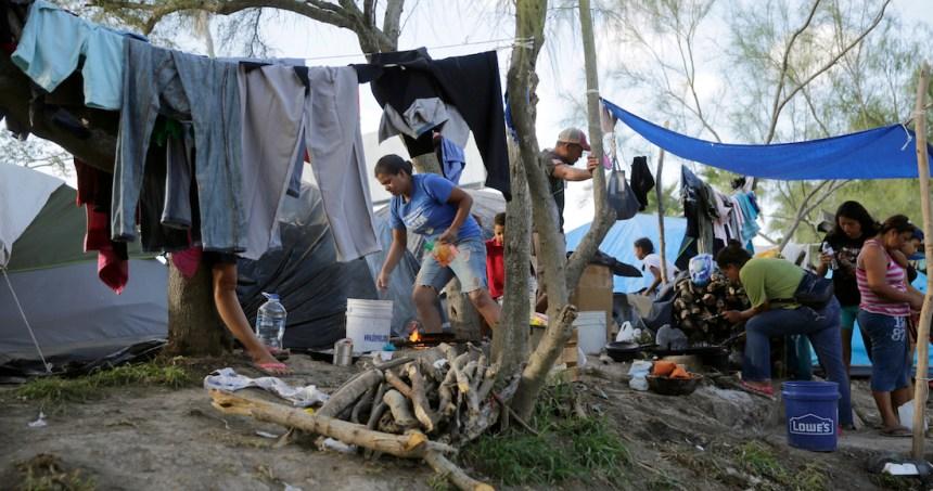 ap20082835892059 - Activistas piden liberar a migrantes detenidos en EU; el hacinamiento los expone al COVID-19, alertan