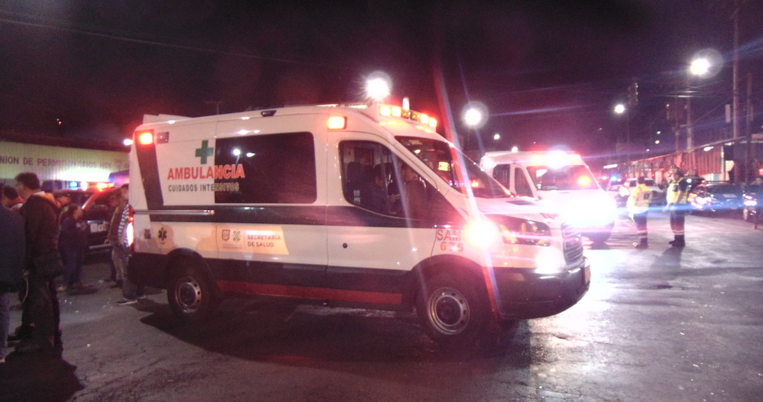 Ambulancia traslada a pasajeros heridos después del impacto entre los dos trenes en el Metro Tacubaya. Foto: Carlos Vargas, SinEmbargo