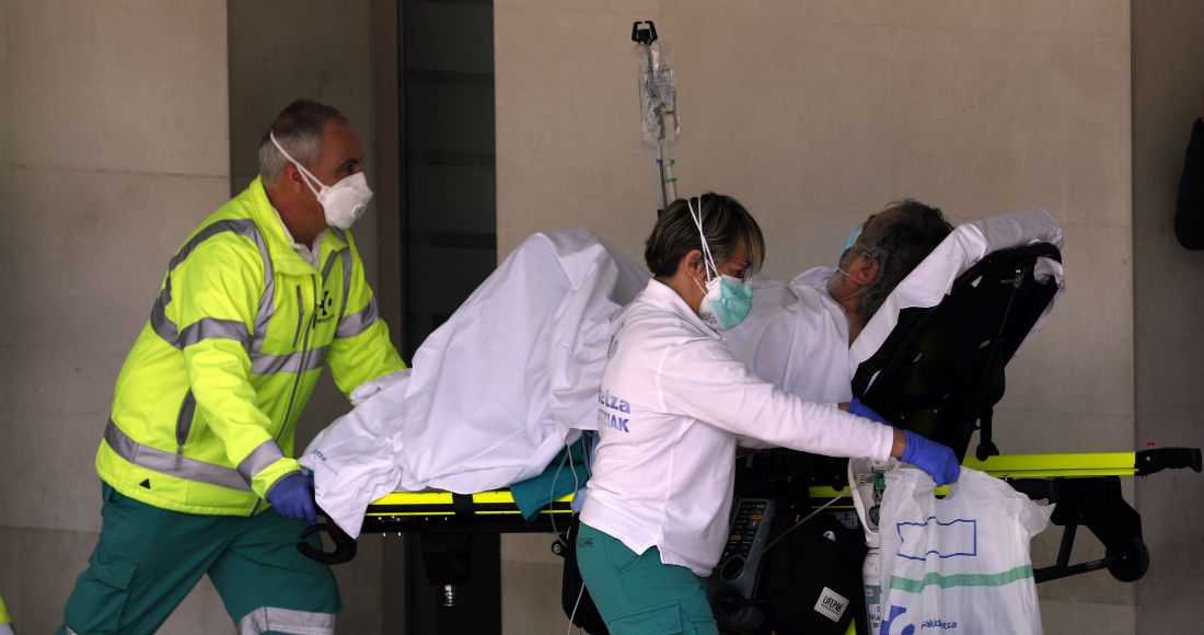 Sanitarios de una ambulancia trasladan a un enfermo con oxígeno al hospital vizcaíno de Cruces, en el País Vasco. Foto: Luis Tejido, EFE