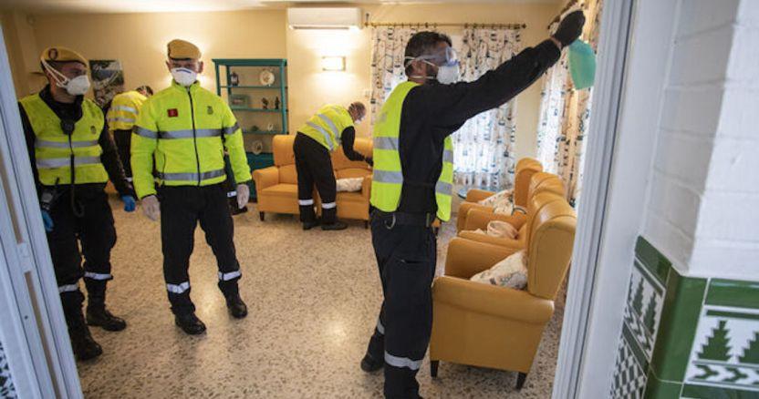miembros ume residencia ancianos desinfeccion ediima20200323 0736 20 - FOTOS: El COVID-19 despoja de las redes de seguridad social a los adultos mayores en España