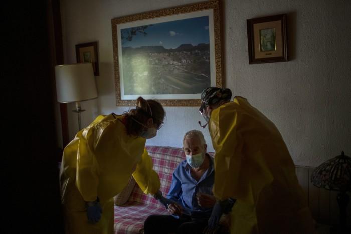 2 5 - FOTOS: El COVID-19 despoja de las redes de seguridad social a los adultos mayores en España