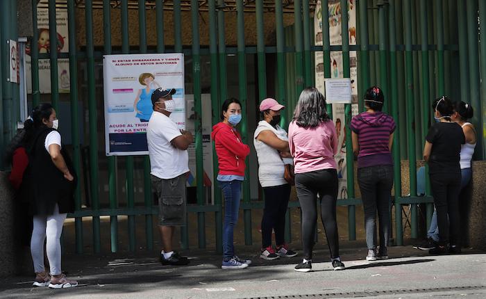 Usando máscaras, los familiares de los pacientes esperan afuera del hospital público La Perla, que está tratando a personas infectadas con el nuevo coronavirus, en la Ciudad de México, el domingo 12 de abril de 2020.