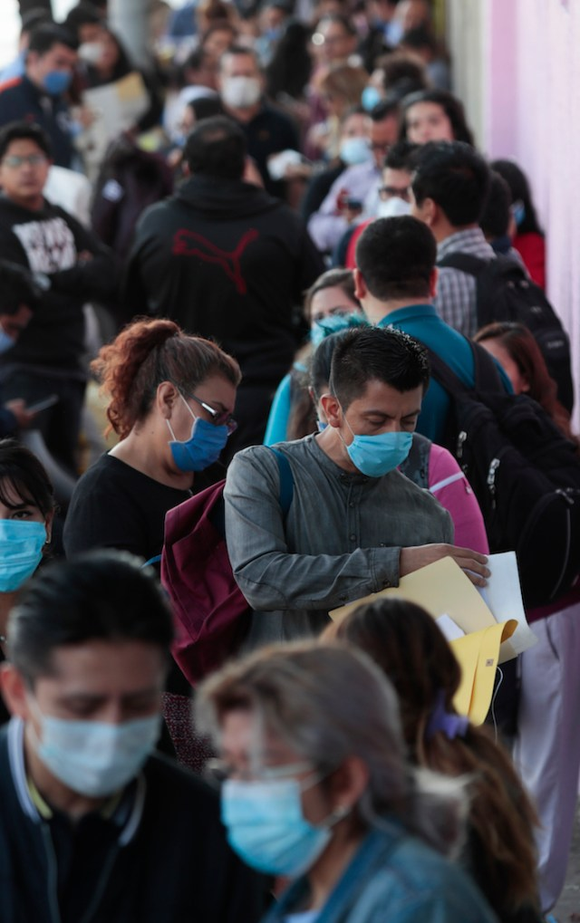 Cientos de personas hacen fila afuera del sindicato nacional de trabajadores de la salud para solicitar empleo en la Ciudad de México, el martes 14 de abril de 2020.