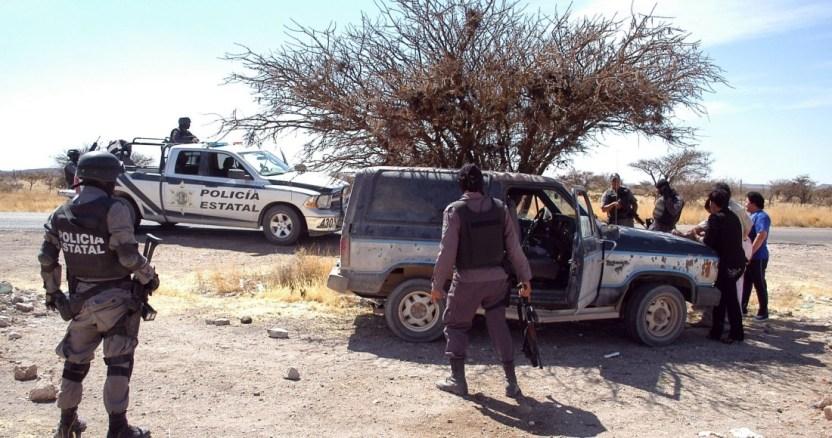 enfrentamiento - Autoridades de Michoacán encuentran en carretera cinco cuerpos con heridas de bala