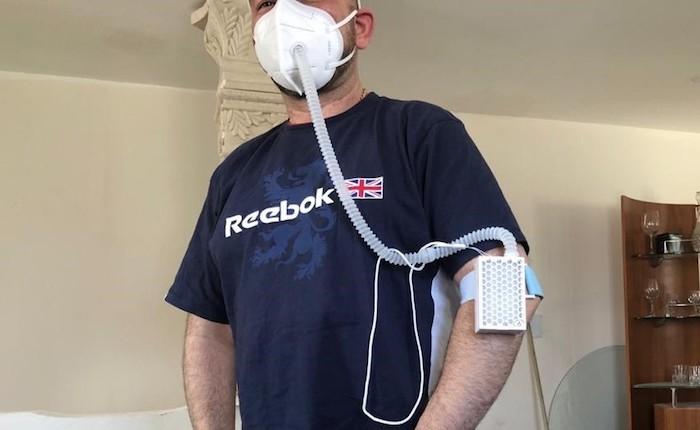 Hombre con filtro de aire en Ciudad Juárez.
