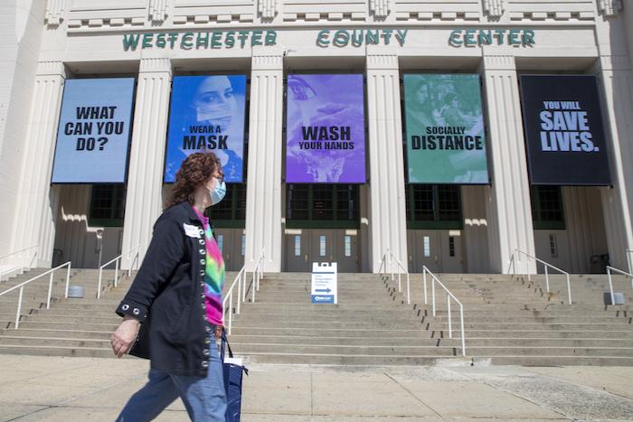 Una persona camina frente un centro comunitario en White Plains, Nueva York, el 4 de mayo del 2020.