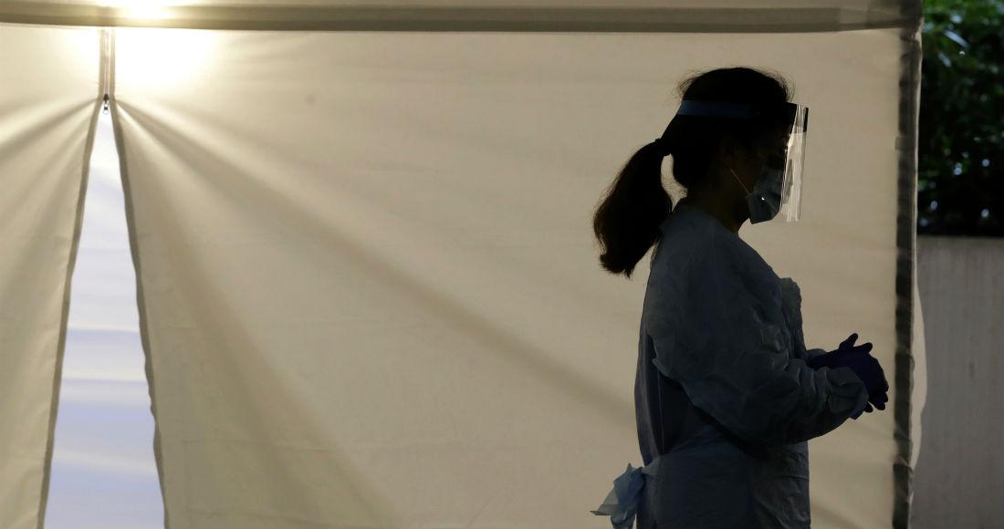 Una enfermera con equipo protector fotografiada en una carpa donde se hacen pruebas del coronavirus en Seattle el 13 de marzo del 2020.