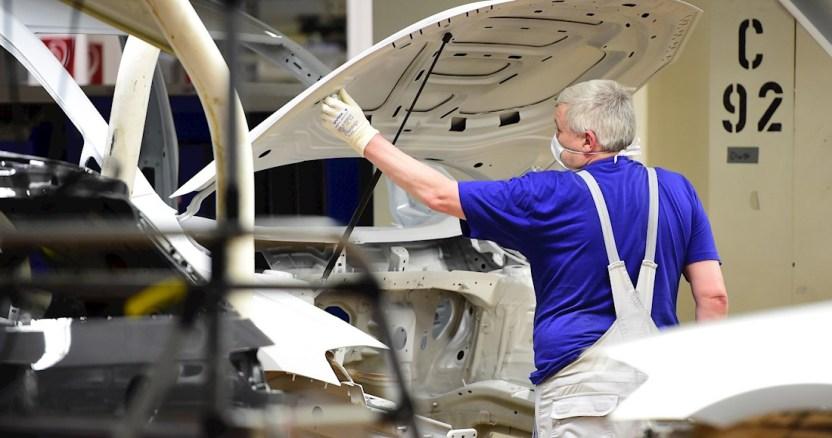 trabajador planta alemania autos - Ministro de Alemania asegura que las tensiones internas en EU avivan conflictos internacionales
