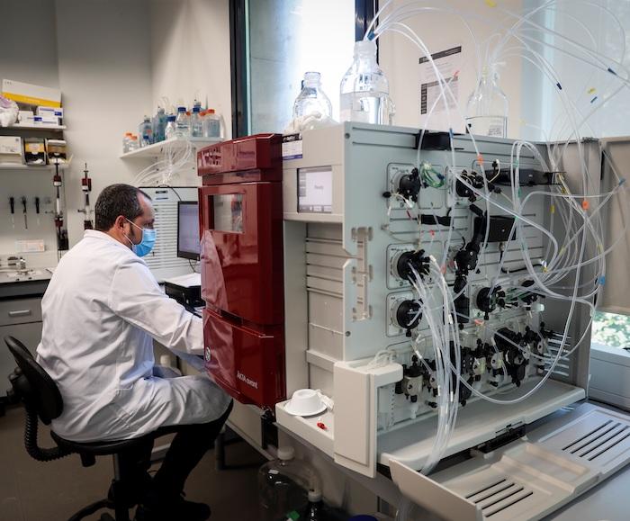 Laboratorio donde se trabaja en una vacuna contra la COVID-19.