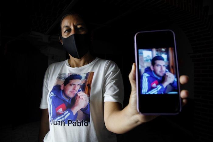 Edith Pedroza muestra la foto de su esposo desaparecido Juan Pablo Romero, durante una entrevista con Efe, el 19 de junio de 2020, en el municipio de Chapala, en el estado de Jalisco (México).