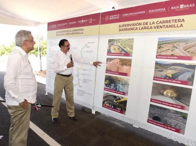 AMLO durante la supervisión de la Autopista Barranca Larga-Ventanilla.