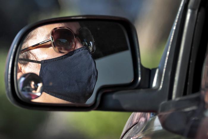 Una mujer espera en su vehículo para que le realicen la prueba gratis de COVID-19 en el vecindario de Maryvale, en el occidente de Phoenix, en un evento organizado por Equality Health Foundation, el sábado 27 de junio de 2020.