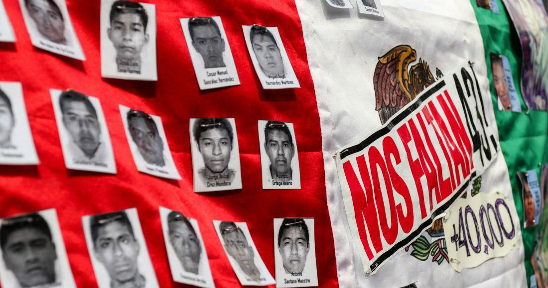 Cientos de personas marcharon del Ángel de la Independencia al Zócalo capitalino a cinco años de la desaparición de los 43 normalistas de Ayotzinapa.