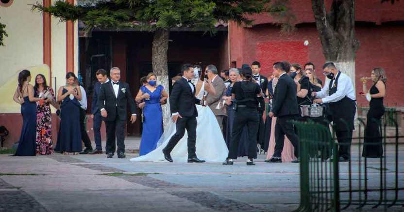 """boda 1 - VIDEO: """"2020 no ha sido el mejor año"""", dice el novio en la boda y el cielo le responde con un rayo"""
