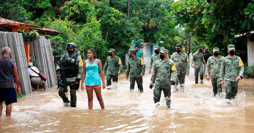"""tormentas - Al menos 380 personas son desalojadas por el paso de la tormenta """"Hernán"""" en el occidente de México"""