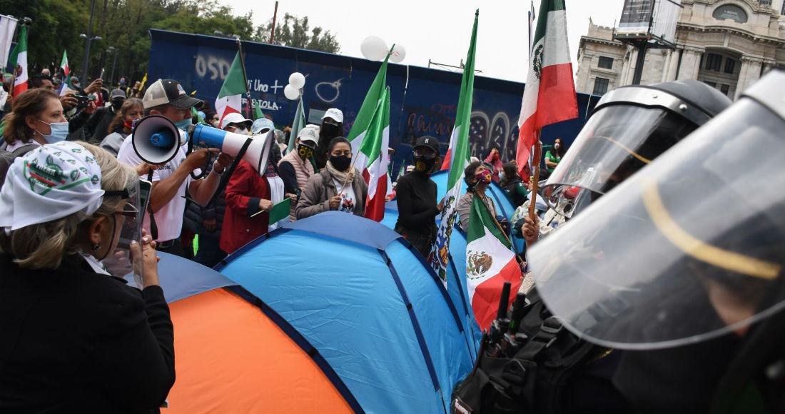 Personas opositoras al Gobierno de AMLO acampan frente a Bellas Artes.