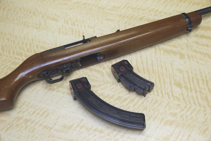 Un fusil semiautomático con un cargador de 25 proyectiles y un cargador de 10.