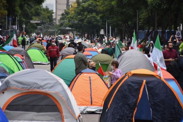 Simpatizantes del FRENA instalaron un campamento sobre Avenida Juárez.